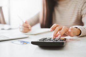 お金の計算をする女性
