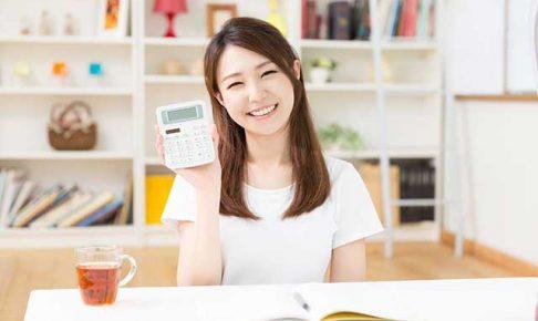 お金の計算をする若い女性