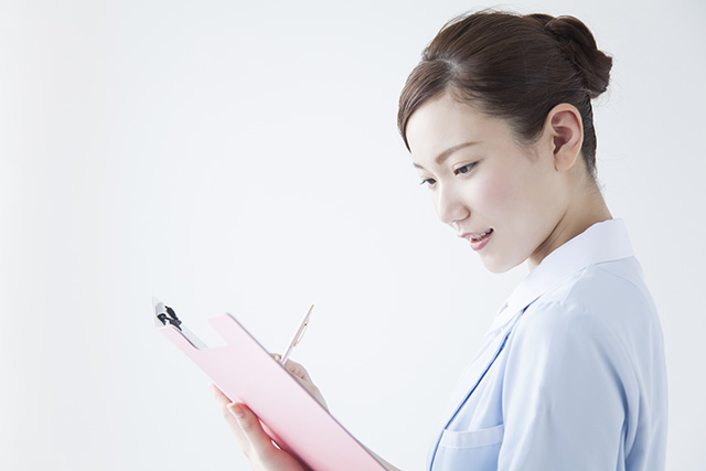 カルテを入力する看護師
