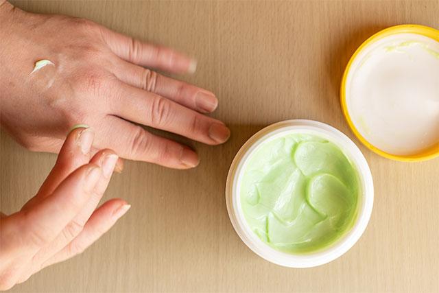ハンドクリームを塗る女性の手