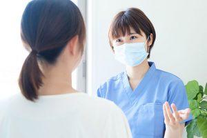 マスクの看護師と患者さん