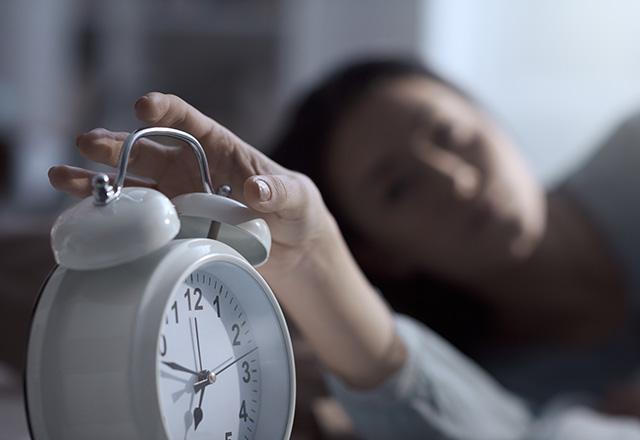 仮眠をとる看護師