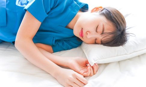仮眠を取る看護師