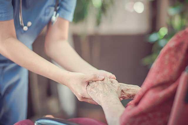 医師と看護師の手