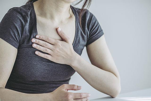 呼吸を意識する女性