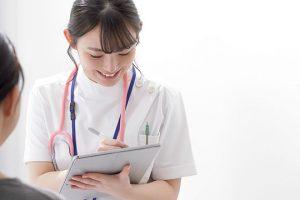 問診票に記入する看護師