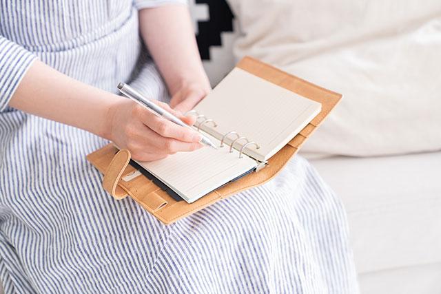 手帳に記入する女性