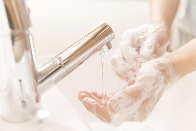 手洗いをする看護師