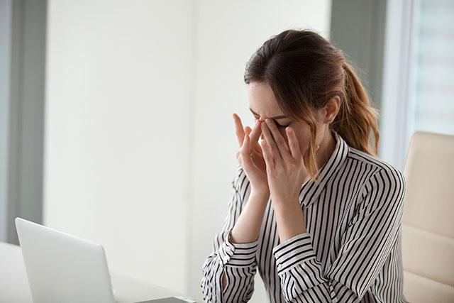 目の疲れを癒す女性