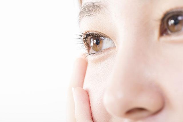 目を強調する女性