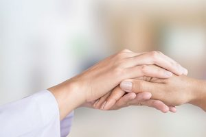 看護師と患者の手