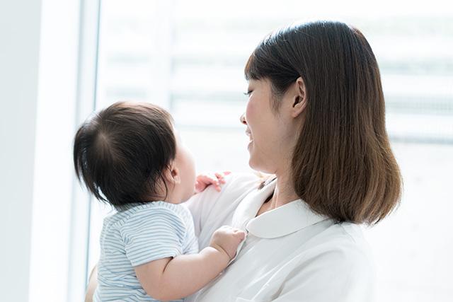 看護師の母親と子供