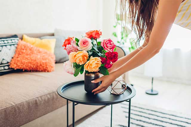 花を置く女性