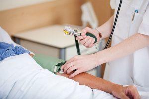 血圧をはかる看護師