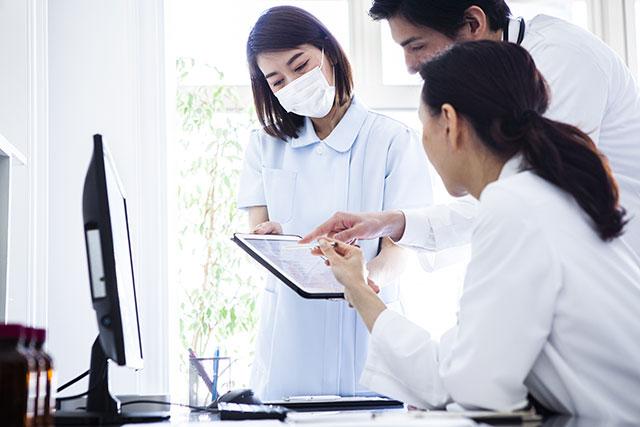 議論する看護師達