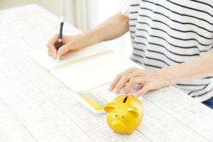 貯金を計算する女性