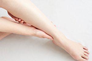 足のケアをする看護師