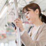 電車で通勤する女性