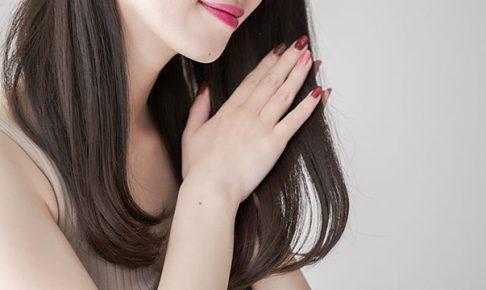 髪型を気にする女性