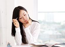 勉強をする若い女性