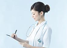 カルテに記入する看護師