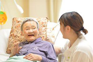 老人介護施設で微笑むおばあちゃんと看護師