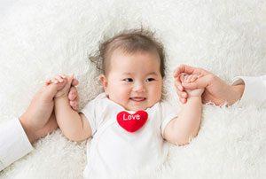 両親の手と赤ちゃん